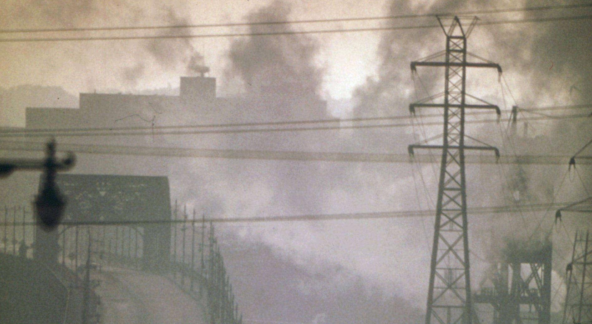 Widok miasta zanieczyszczonego dymem z kominów i spalinami