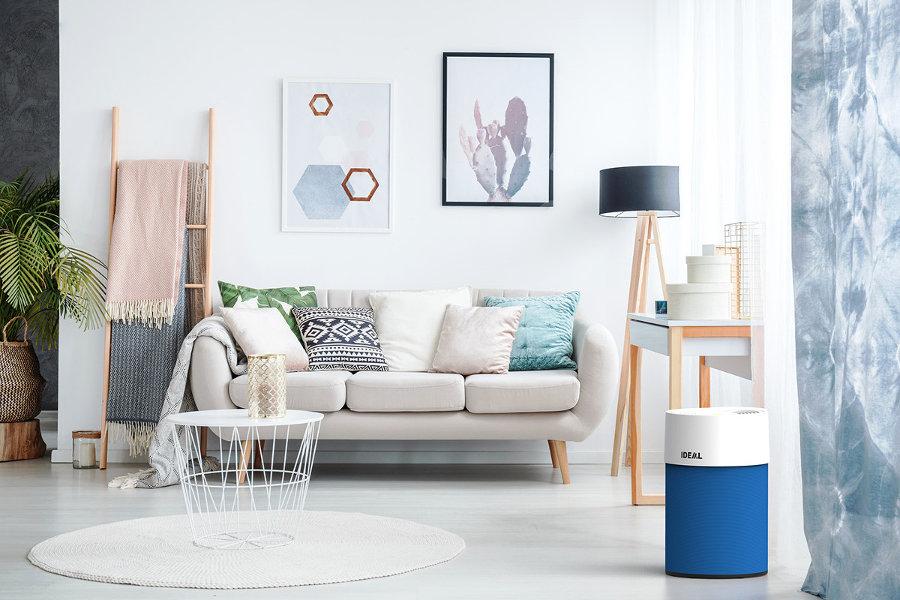 Oczyszczacz powietrza Ideal AP30 PRO z filtrem wstępnym w kolorze niebieskim, w salonie