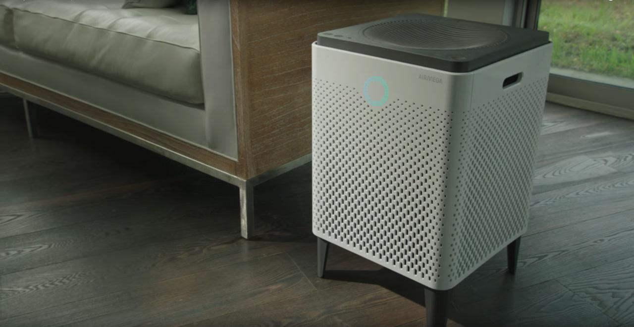 Oczyszczacz powietrza Coway Airmega 300s w pokoju obok kanapy