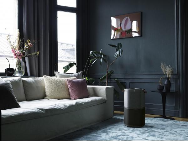 Oczyszczacz powietrza Electrolux Pure A9 PA91404DG w pokoju, obok kanapy