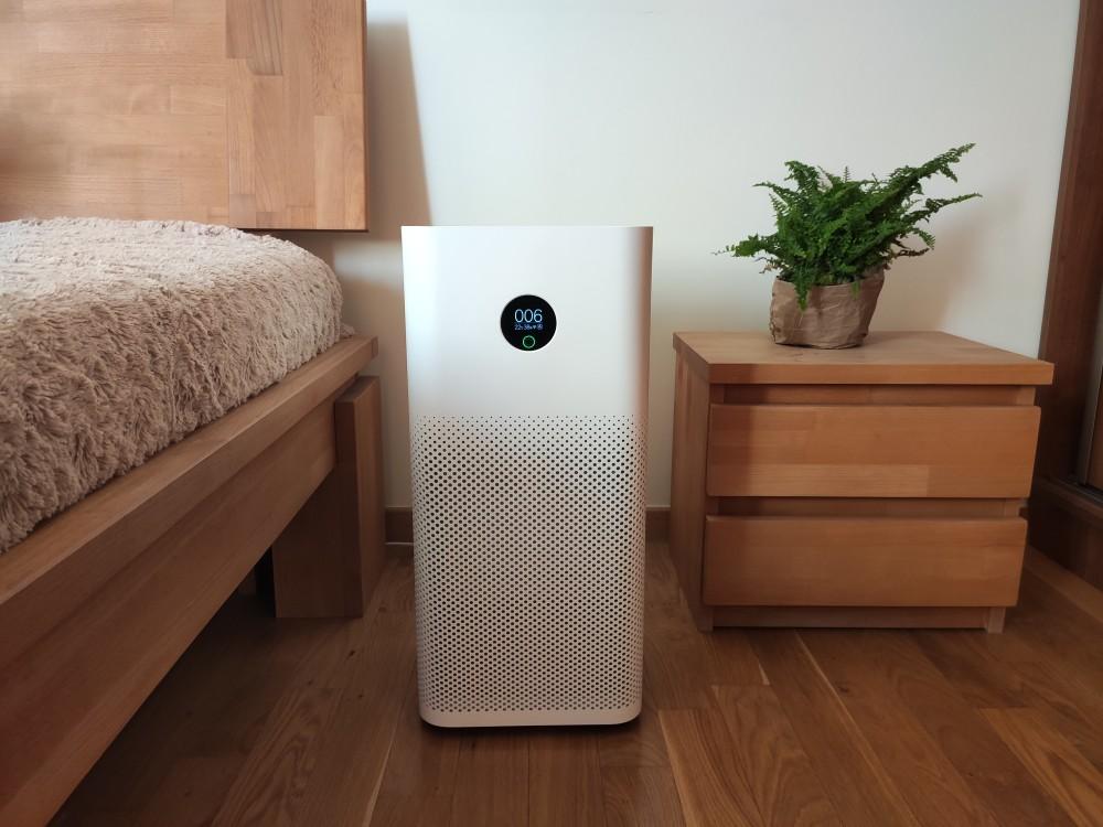 Oczyszczacz powietrza Xiaomi Air Purifier 3h w sypialni obok łóżka