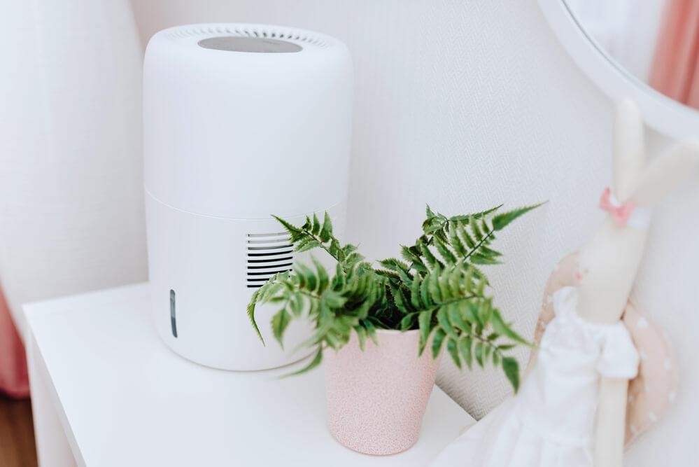Ewaporacyjny nawilżacz powietrza Klarta Humea Wifi w pokoju