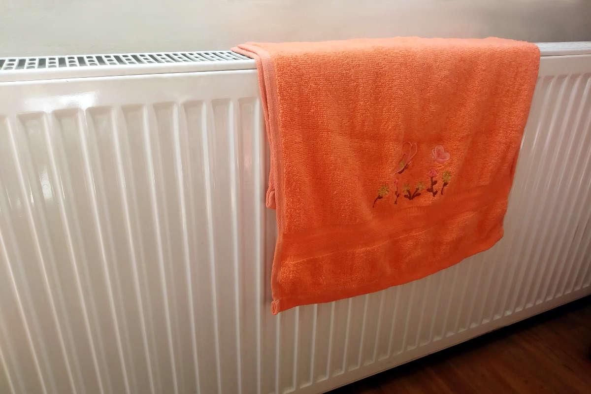 Ręcznik zawieszony na grzejniku