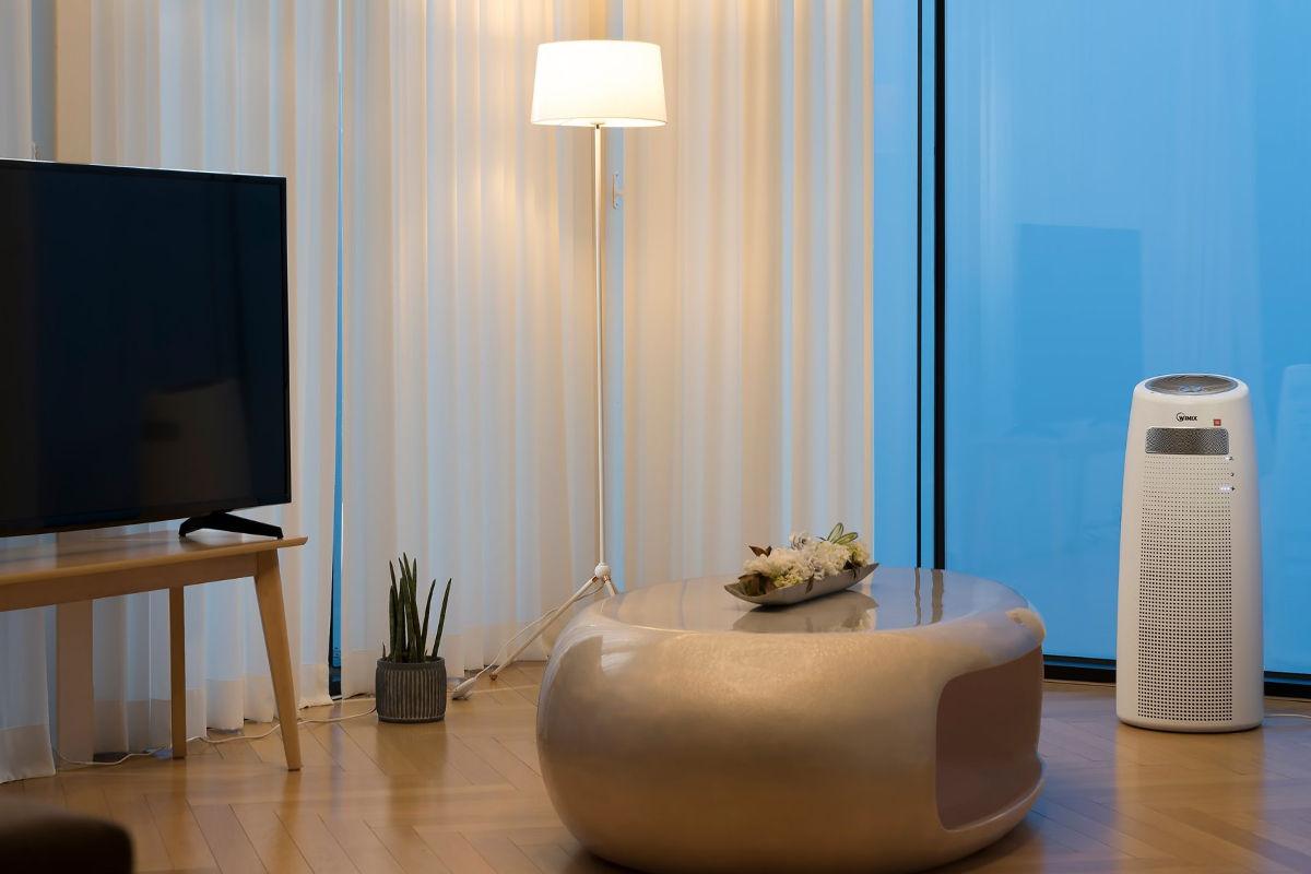 Oczyszczacz powietrza Winix Tower QS w salonie