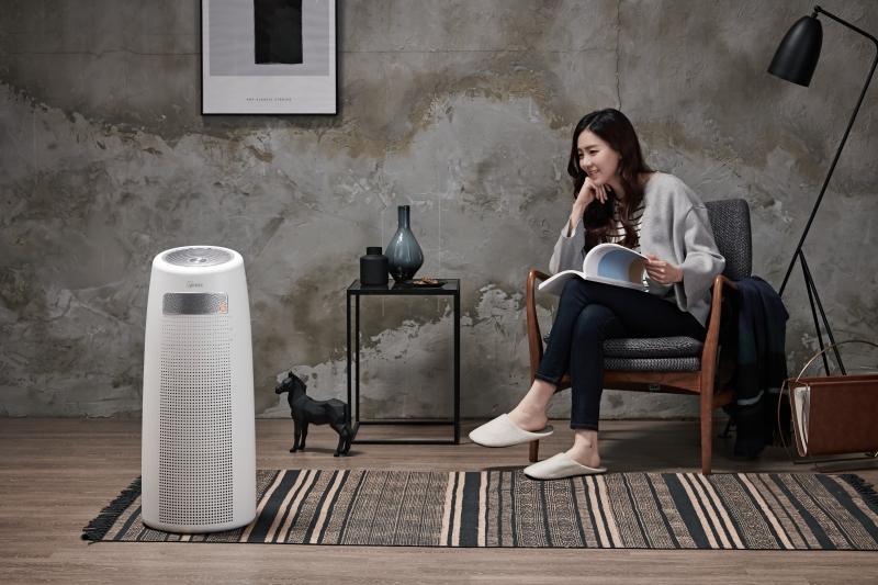 Oczyszczacz powietrza Winix Tower QS w pokoju