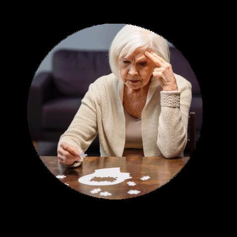 Starsza pani układająca puzzle