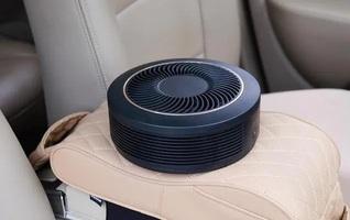 Oczyszczacz powietrza na podłokietniku w samochodzie