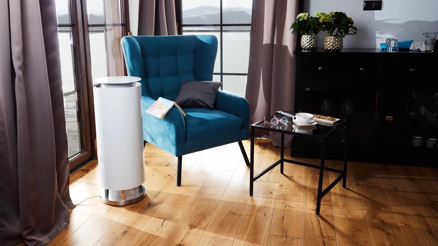 Oczyszczacz powietrza Zelmotor Perfect Line w kolorze białym w pokoju